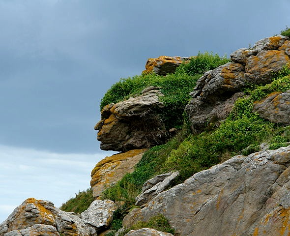 800px-Apache_head_in_rocks,_Ebihens,_France