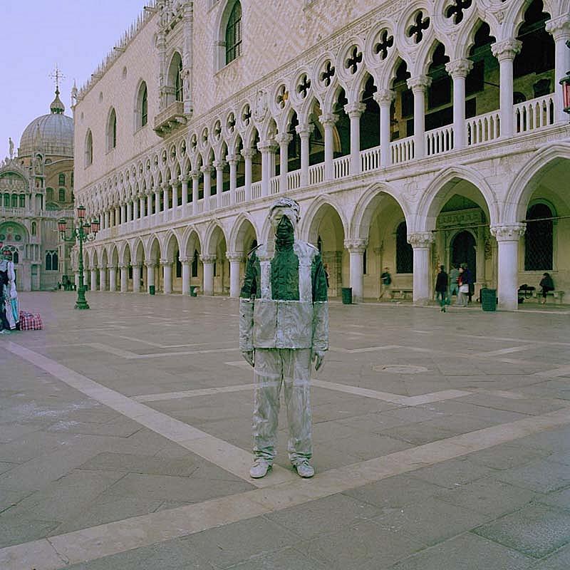 Liu_Bolin_Piazza_San_Marco_photograph_120x120cmAP_90x90cmAP_2010