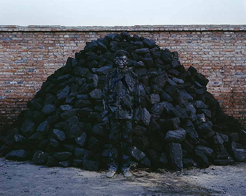 liu_bolin_hitc_no.95_coal_pile_photograph_118x150cm_2010_xl