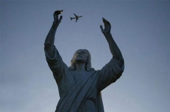 Statue-juggling-plane