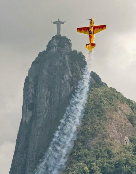 plane and statue optical illusion picture
