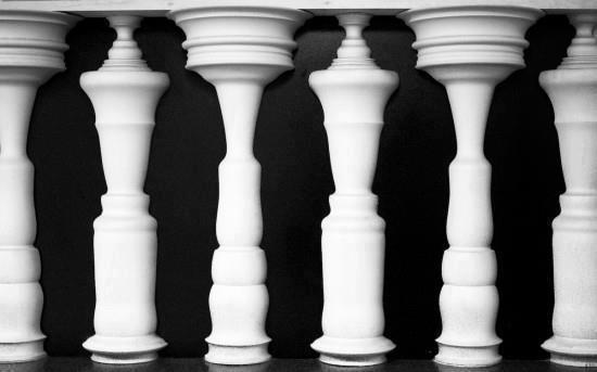 What do You See First? Men or Pillars?
