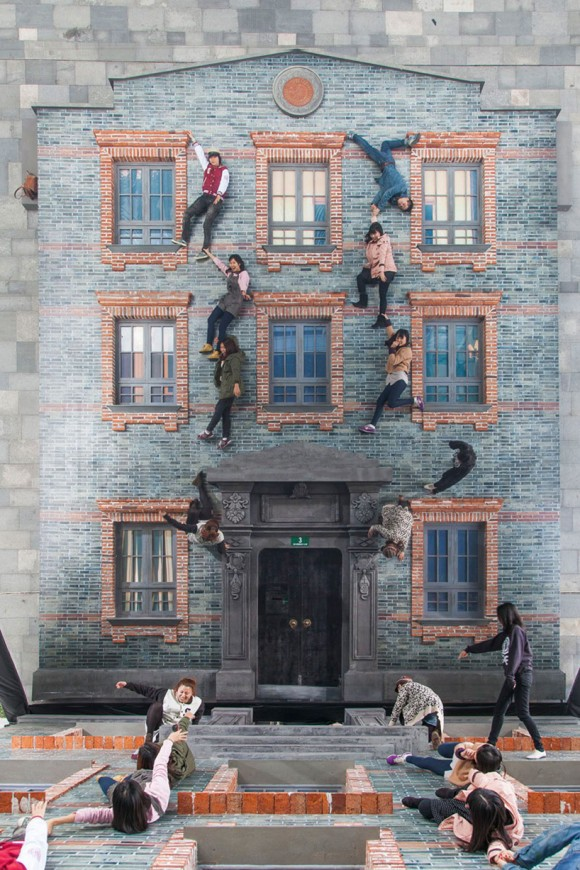 Crazy interactive building illusion by leandro erlich for Interactive house builder