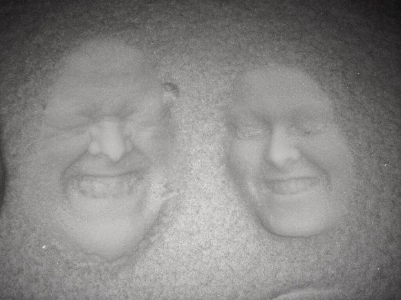 faces in the snow optical illusion