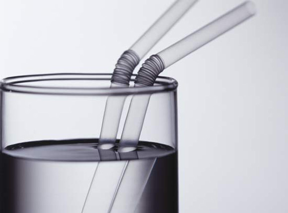 2 straws optical illusion